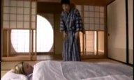天井から吊り下げられて日本の風習を叩き込まれるブロンド美女